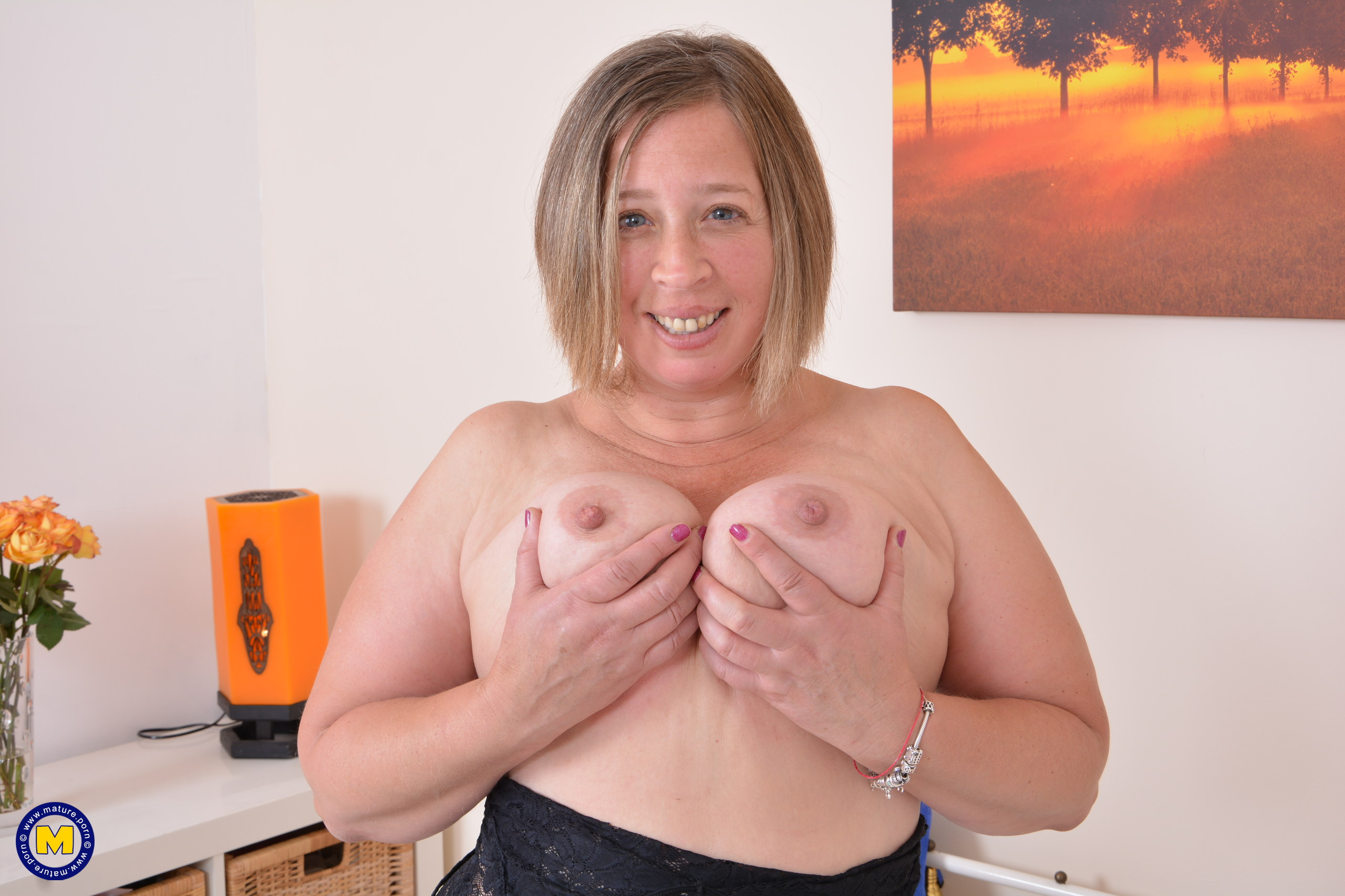 British curvaceous housewife toying with herself
