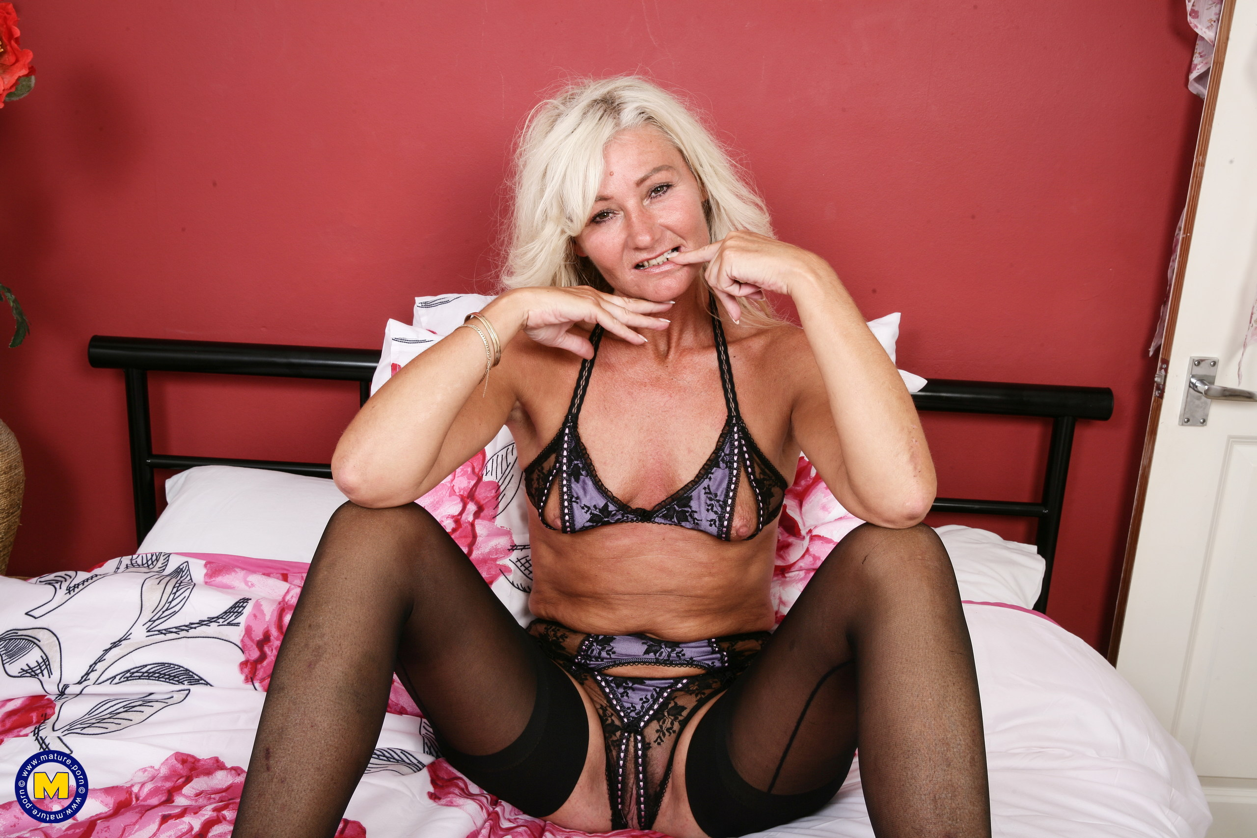 Ultra-kinky housewife from the uk toying with herself