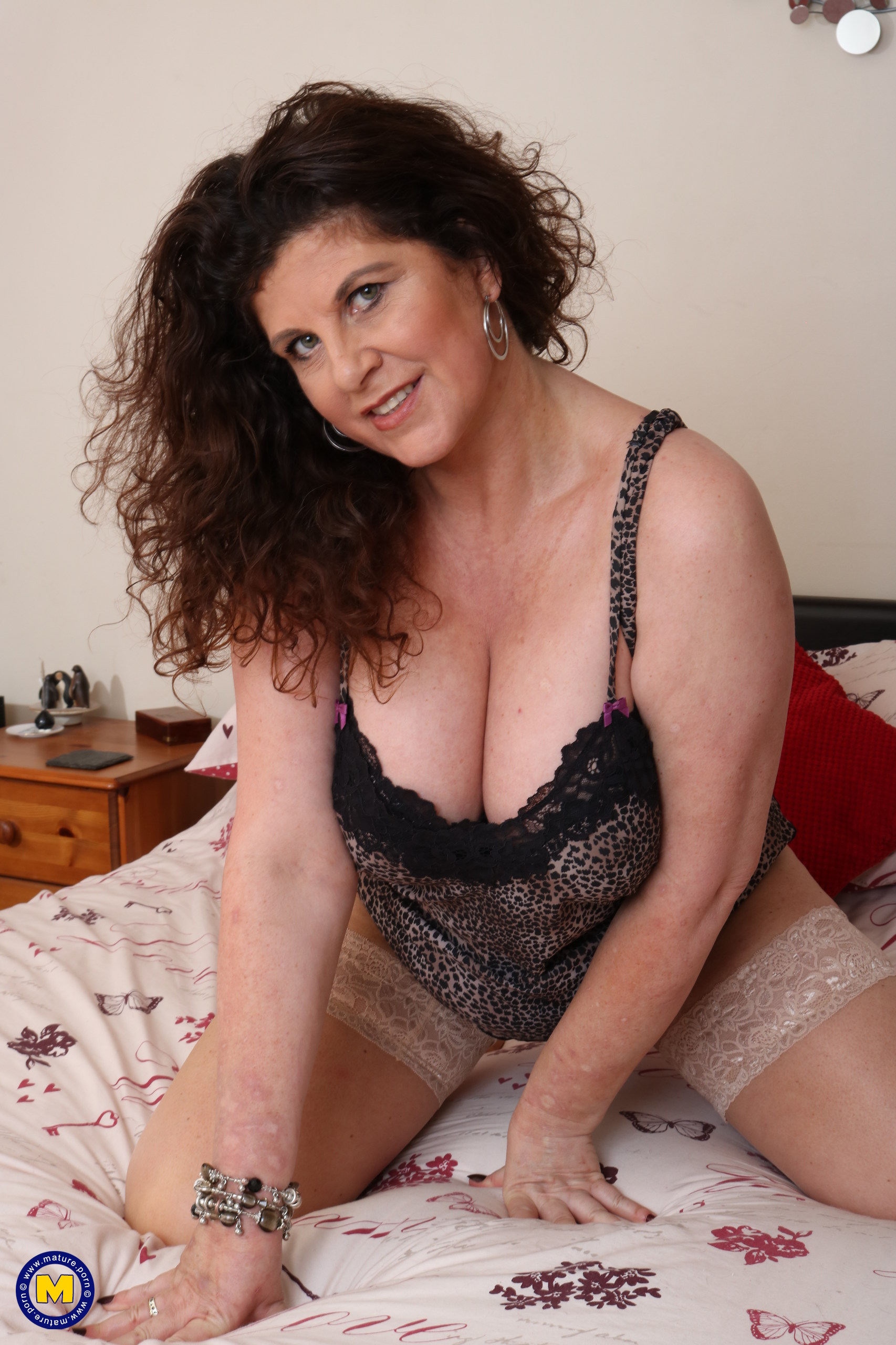 Insane English housewife toying with her coochie